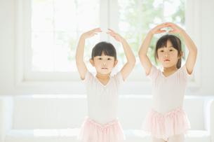 バレエの練習をする二人の女の子の写真素材 [FYI01363386]