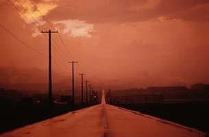夕方 道 空の写真素材 [FYI01363508]