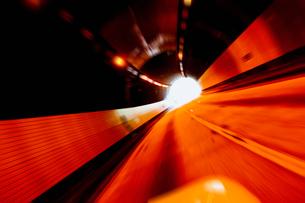トンネル内を疾走する車の写真素材 [FYI01363542]