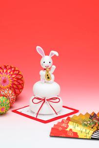 お供えの上の招き兔と扇子と毬の写真素材 [FYI01363599]
