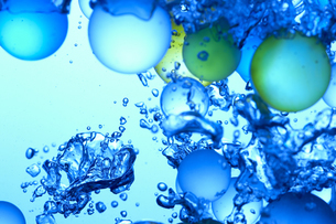 水中のビー玉の写真素材 [FYI01363841]