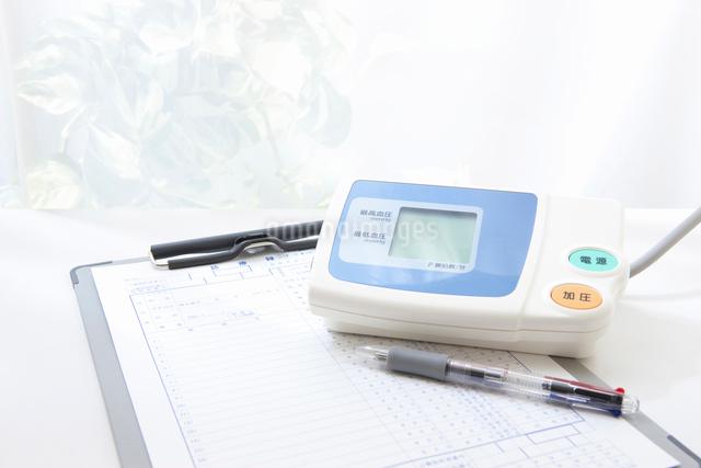 血圧計と診療録の写真素材 [FYI01364134]