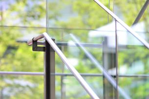 階段の手すりと新緑の写真素材 [FYI01364320]