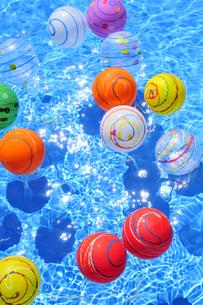 水に浮くカラフルなヨーヨーの写真素材 [FYI01364834]