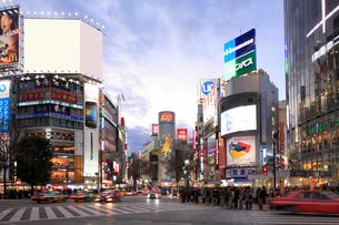 渋谷スクランブル交差点日没夕景の写真素材 [FYI01364960]
