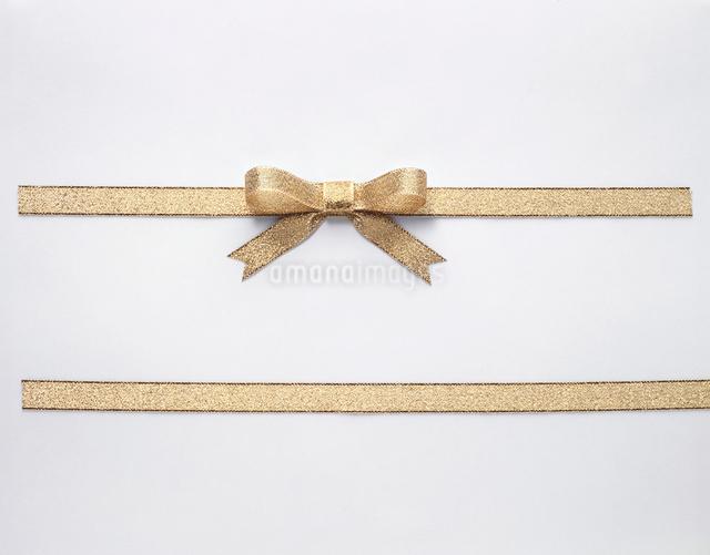 金地のリボン蝶結びの写真素材 [FYI01365034]