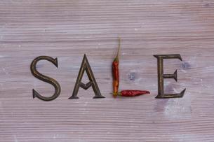 アンティークの英字と赤トウガラシで作ったセールの文字の写真素材 [FYI01365139]