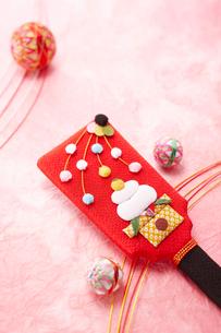 ピンクの背景に羽子板と毬の正月飾りの写真素材 [FYI01365277]