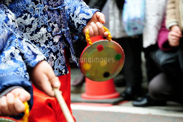 中華街の春節パレードの民族衣装仮装行列のドラの写真素材 [FYI01365302]