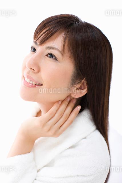首に手を寄せている女性の写真素材 [FYI01365399]
