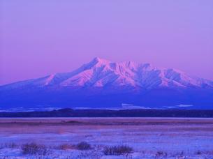 斜里岳の夕景とオホーツクの流氷の写真素材 [FYI01365425]
