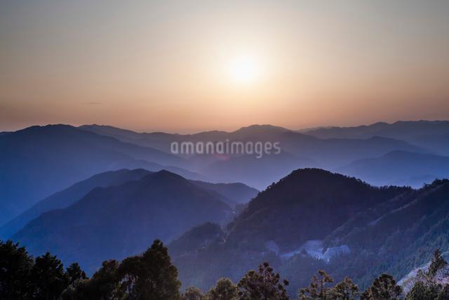 玉置神社から見た山々の夕景の写真素材 [FYI01365458]