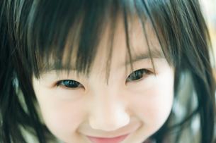 微笑む女の子の顔のアップの写真素材 [FYI01365681]