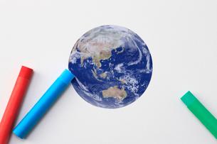 クレヨンと地球の写真素材 [FYI01365708]