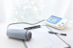 血圧計と診療録の写真素材 [FYI01365799]