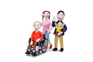 車椅子に乗った祖父と家族(4人)の写真素材 [FYI01365991]