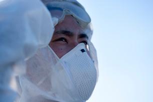 防護服を着て作業する人の写真素材 [FYI01366306]
