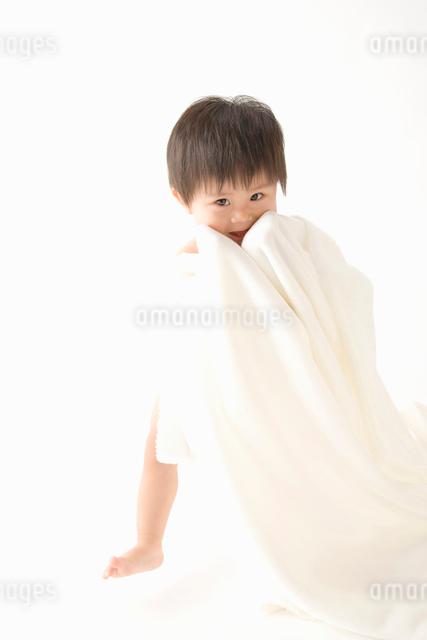 タオルを体に巻く赤ちゃんの写真素材 [FYI01366309]