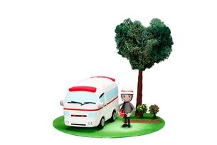 救急車と救急隊員とハートの木の写真素材 [FYI01366560]