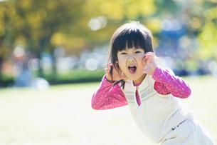 振り返って脅かす女の子の写真素材 [FYI01366672]