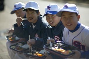 昼食を取る野球少年達の写真素材 [FYI01366714]