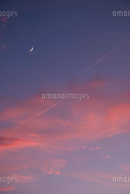 夕焼けと三日月の写真素材 [FYI01366737]