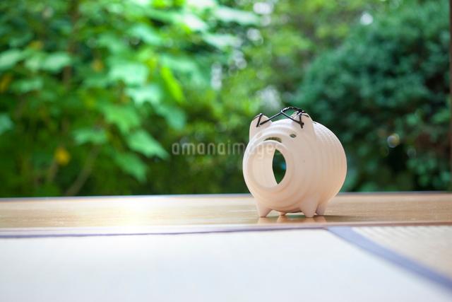 縁側に置かれた蚊取り線香の容器の写真素材 [FYI01366824]