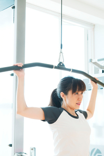 トレーニングをする日本人女性の写真素材 [FYI01366899]