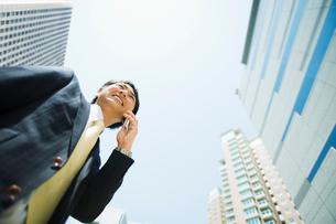 携帯電話で話すビジネスマンの写真素材 [FYI01367048]
