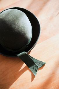 テーブルに置いてある幼稚園帽の写真素材 [FYI01367080]