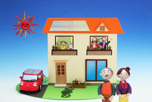 太陽発電の2世帯住宅と電気自動車の写真素材 [FYI01367104]