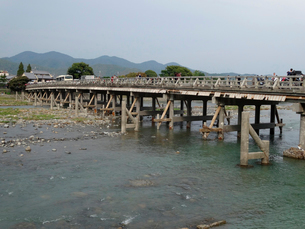増水で壊れた渡月橋の写真素材 [FYI01367160]
