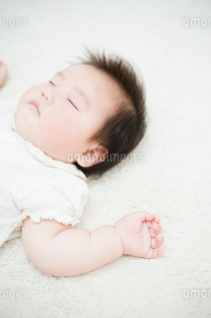 眠る赤ちゃんの写真素材 [FYI01367354]