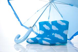 子供の長靴と傘の写真素材 [FYI01367582]