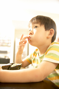 食べ物をほおばる日本人の男の子の写真素材 [FYI01367721]