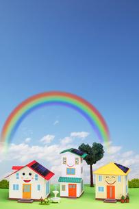 太陽光発電の住宅街と虹の写真素材 [FYI01367734]