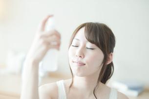スキンケアをする女性の写真素材 [FYI01367947]