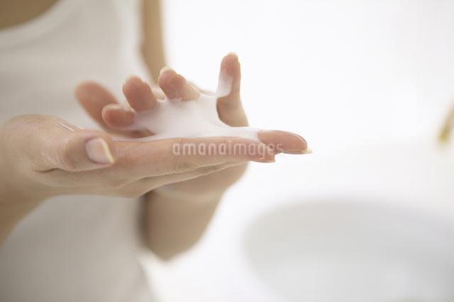 洗顔料を泡立てる女性の手の写真素材 [FYI01367973]