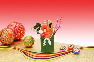 招き蛇と竹飾りの写真素材 [FYI01367998]