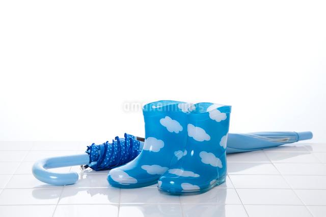 子供の長靴と傘の写真素材 [FYI01368090]