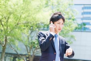 携帯電話で話すビジネスマンの写真素材 [FYI01368263]