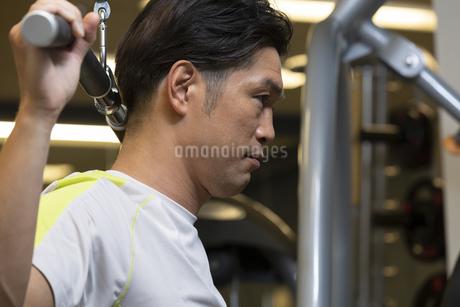 ジムでトレーニングする男性の写真素材 [FYI01368327]