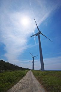 風力発電と太陽と道の写真素材 [FYI01368350]