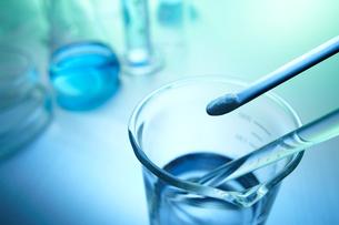 粉の薬品と液体薬品を入れているメスシリンダーの写真素材 [FYI01368544]