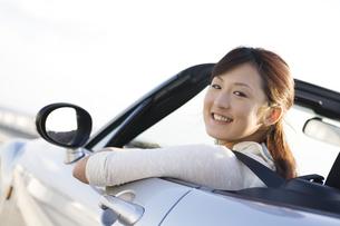 オープンカーに乗っている女性の写真素材 [FYI01368920]