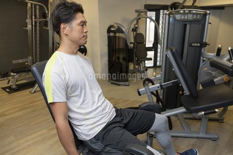 ジムでトレーニングする男性の写真素材 [FYI01368964]