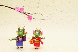 絵馬をもった辰のカップルの写真素材 [FYI01368969]