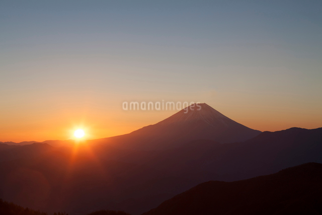 櫛形山から日の出の富士山の写真素材 [FYI01369122]