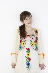 花柄のチュニックを着た女性の写真素材 [FYI01369223]