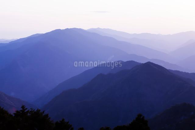 玉置神社から見た山々の夕景の写真素材 [FYI01369419]